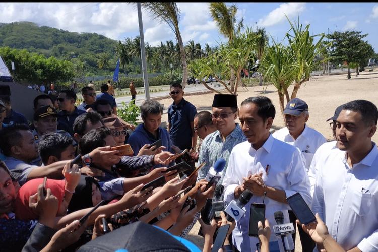 Presiden Joko Widodo saat diwawancarai  wartawan usai meninjau kawasan pembangunan sirkuit Moto GP di Kute Lombok Tengah, Jumat (17/5/2019).