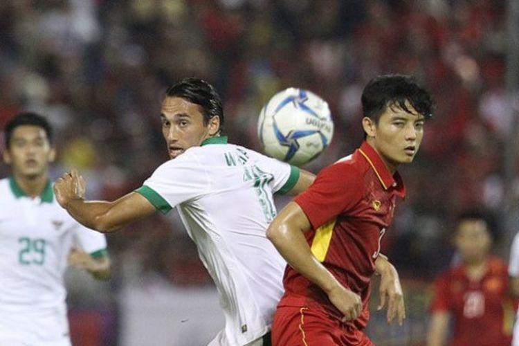Duel penyerang timnas U-22 Indonesia, Ezra Walian dengan bek timnas U-22 Vietnam, Hoang Van Khanh pada partai keempat Grup B SEA Games 2017 di Stadion MP Selayang, Selangor, 22 Agustus 2017.