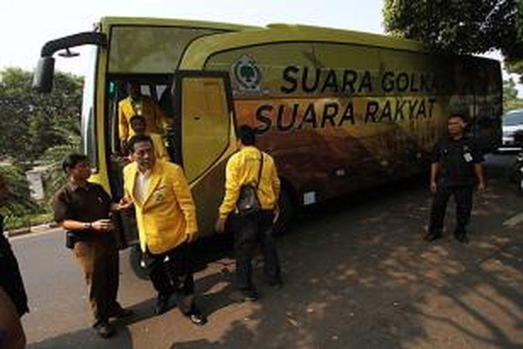 Politisi senior Partai Gokar, Muladi (dua kiri), turun dari bus yang membawa berkas berkas verifikasi Partai Golkar untuk didaftarkan ke Komisi Pemilihan Umum, di Jakarta, Jumat (31/8/2012).