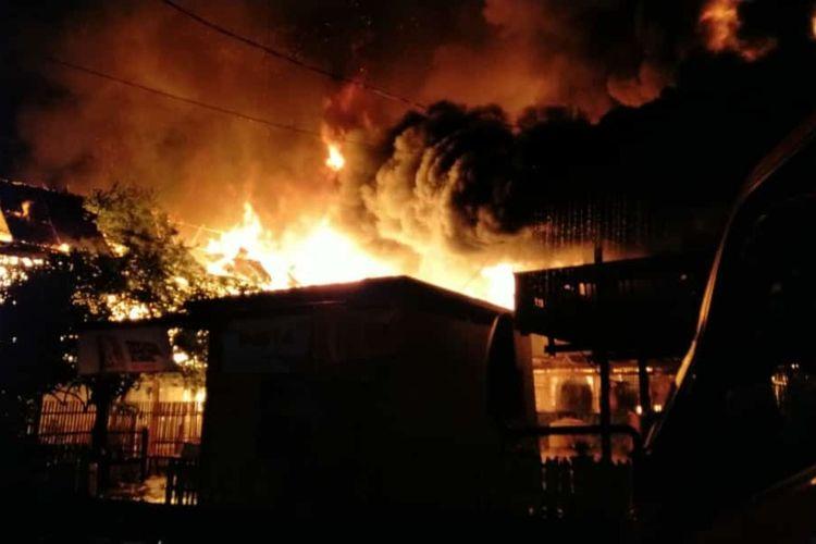 Api melahap tujuh unit rumah di Kabupaten Soppeng, Sulawesi Selatan dan menelan dua korban jiwa. Jumat, (10/1/2020).