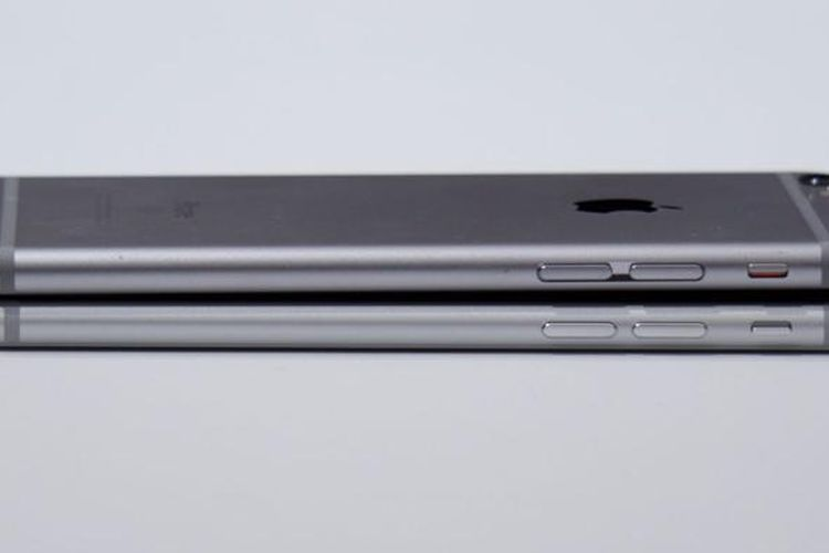 Pada sisi ini, iPhone 6S (atas) dan iPhone 7 (bawah) memiliki tombol yang sama dan berada di posisi yang sama