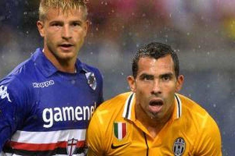 Striker Juventus Carlos Alberto Tevez (kanan) dibayang-bayangi bek Sampdoria Angelo Palombo dalam pertandingan pekan pertama Serie-A di Luigi Ferraris, Sabtu (24/8/2013). Juventus menang 1-0 lewat gol tunggal Tevez.