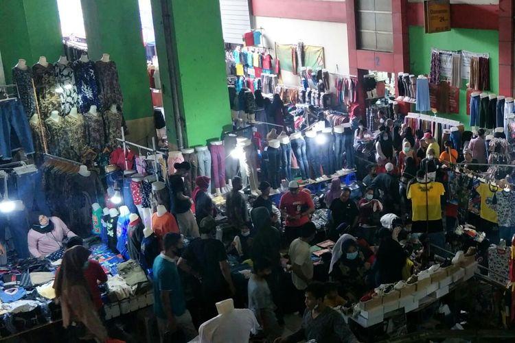 Pasar Tanah Abang masih dipadati pengunjung untuk berbelanja pakaian dan perlengkapan lain yang dibutuhkan untuk menyambut Hari Raya Idul Fitri, Sabtu (8/5/2021).