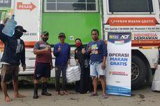 6,5 Jam Tertahan Rombongan Jokowi, ACT Akhirnya Bagikan 500 Nasi Boks untuk Korban Banjir Bekasi di Jalan