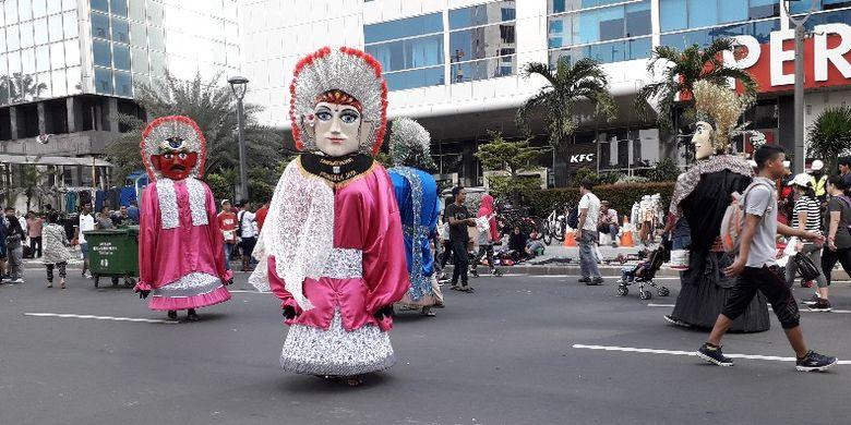 Seniman jalanan berkostum di car free day Jalan MH Thamrin, Jakarta Pusat pada Minggu (6/1/2019).