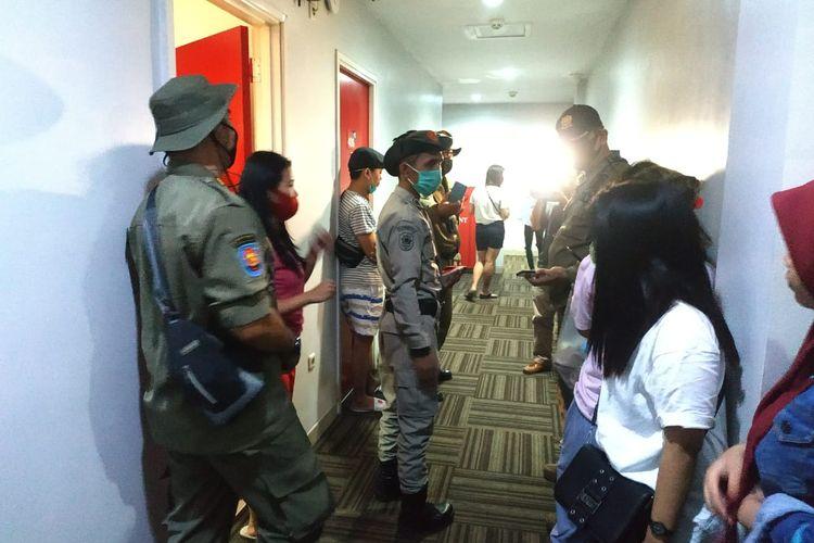 Petugas Satpol PP Tangerang Selatan melakukan razia di sejumlah Hotel dan Apartemen di kawasan Serpong, Sabtu (27/6/2020)