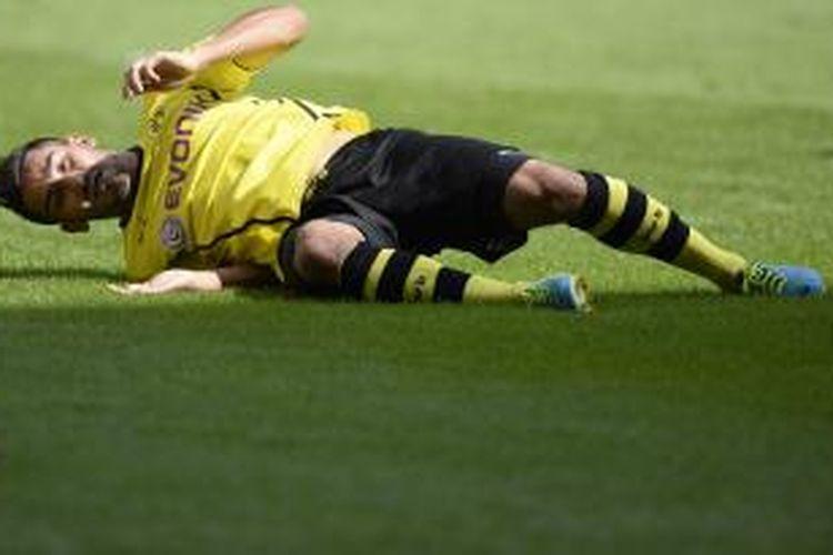 Gelandang Borussia Dortmund, Ilkay Guendogan, terjatuh saat pekan pertama Bundesliga melawan FC Augsburg di Augsburg, Sabtu (10/8/2013).