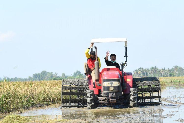 Menteri Pertanian, Syahrul Yasin Limpo menaiki traktor bersama petani