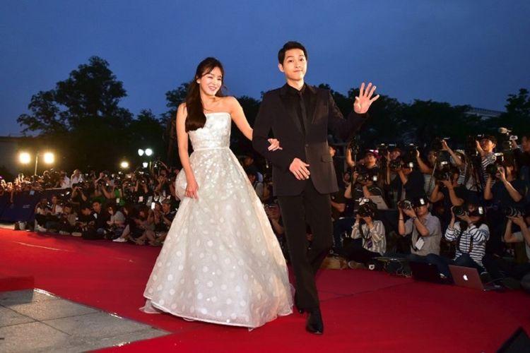 Pasangan artis asal Korea Selatan Song Joong Ki (kiri) dan Song Hye Kyo berpose di karpet merah acara tahunan BaekSang Art Awards ke-52 di Seoul, pada 3 Juni 2016.