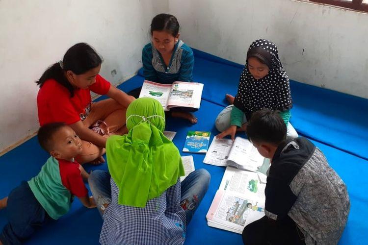 Anak-anak saat belajar di Barak Pengungsian Glagaharjo, Cangkringan, Sleman.