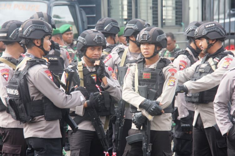 BKO Brimob Nusa Tenggara Barat (NTB) usai mengikuti apel siaga jelang MK putuskan hasil sengketa Pilkada Mimika, Seni (17/9/2018)