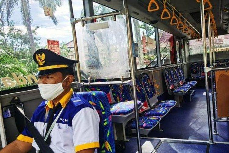 Ilustrasi sopir mengendarai armada Teman Bus di Palembang.