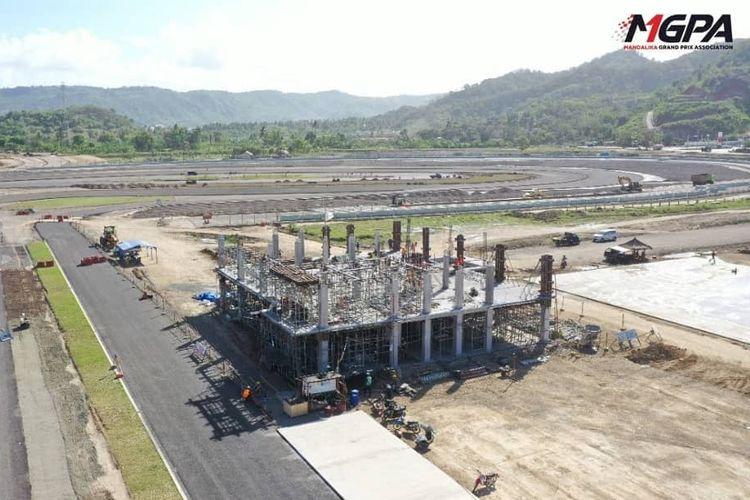 Desain atap bangunan Race Control di Sirkuit Mandalika terinspirasi dari desain atap Bale Lumbung, rumah adat Desa Sasak Sade di Lombok Tengah