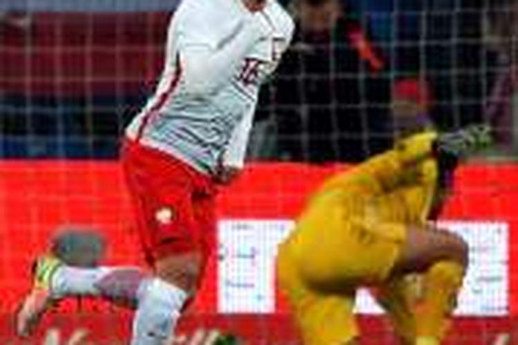 Pemain Polandia, Jakub Blaszczykowski, merayakan gol ke gawang Serbia pada laga uji coba di Poznan, Rabu (23/3/2016).