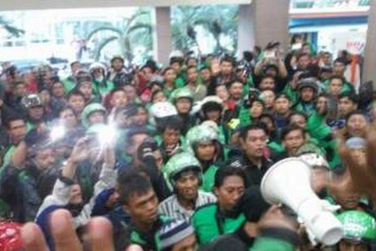 Para pengemudi Go-Jek menggeruduk Mall Sunter menyusul kematian kawannya di Malla tersebut.