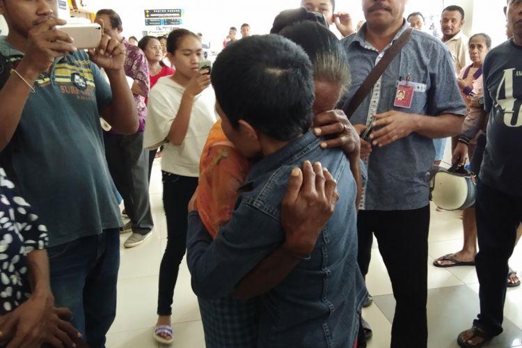 Theresia Sose saat berpelukan dengan anaknya Ida Nahak yang menjadi TKI di Malaysia. Pertemuan haru itu, berlangsung di pintu keluar Bandara El Tari Kupang, Nusa Tenggara Timur (NTT), Jumat (2/3/2018)