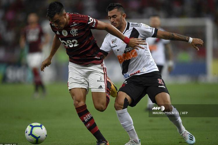 Penyerang Flamengo, Reinier (kiri), mengontrol bola pada laga Liga Brasil kontra Vasco da Gama di Stadion Maracana, Rio de Janeiro, Brasil, pada 13 November 2019.