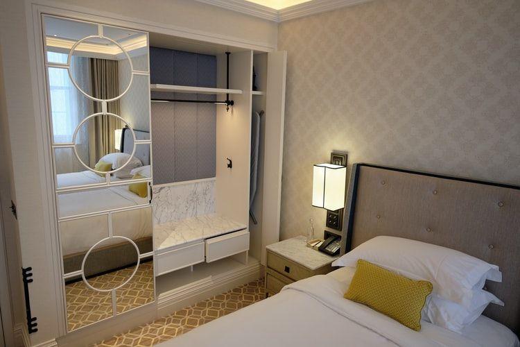 Ilustrasi lemari pakaian di kamar tidur