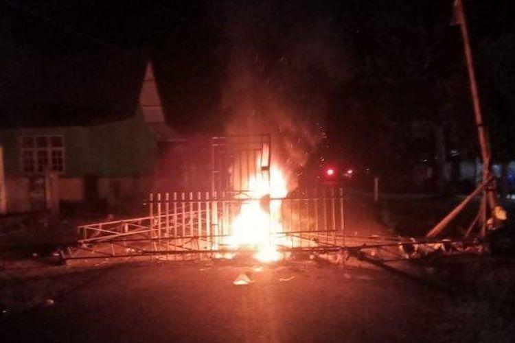 Warga Desa Air Batu, Kecamatan Renah Pembarap, Kabupaten Merangin, mengamuk. Warga membakar posko Covid-19 di desa tersebut, Selasa (19/5/2020) malam. (Tribun Jambi/Istimewa)