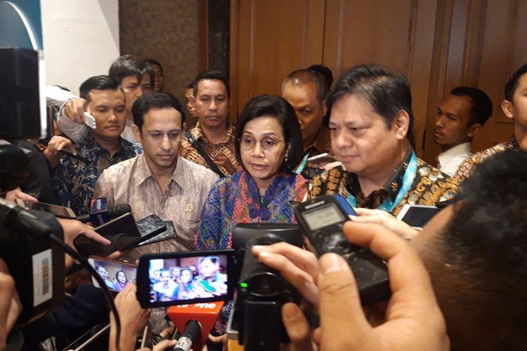 Menteri Pendidikan dan Kebudayaan Nadiem Makarim, Menteri Keuangan Sri Mulyani Indrawati dan Menteri Koordinator Bidang Perekonomian Airlangga Hartarto ketika ditemui setelah acara KOMPAS100 CEO Forum di Jakarta, Jumat (29/11/2019).