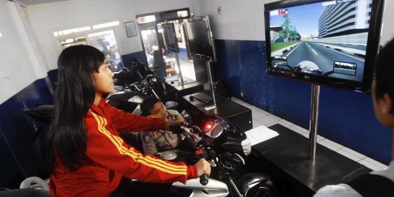 Ilustrasi : Petugas ruang Simulator Ujian Surat Ijin Mengemudi (SIM) C atau kendaraan roda dua di Satlantas Mapolrestabes Kota Bandung, Jawa Barat, beberapa waktu lalu.