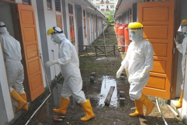 Sejumlah petugas medis bersiap memeriksa kondisi pasien Covid-19 di rumah nelayan Lubukbuaya, Padang, Sumatera Barat, Jumat (25/09)