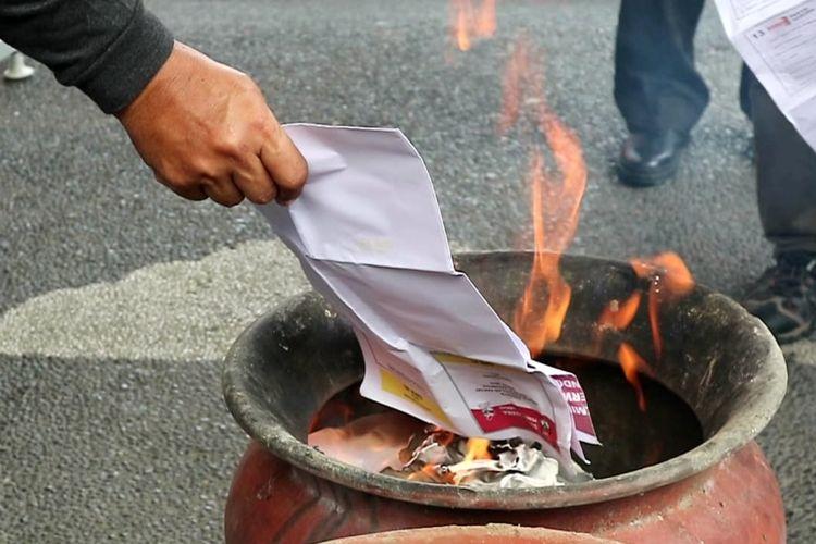 KPU Denpasar musnahkan surat suara rusak di halaman kantor KPU Denpasar, Selasa (16/4/2019)