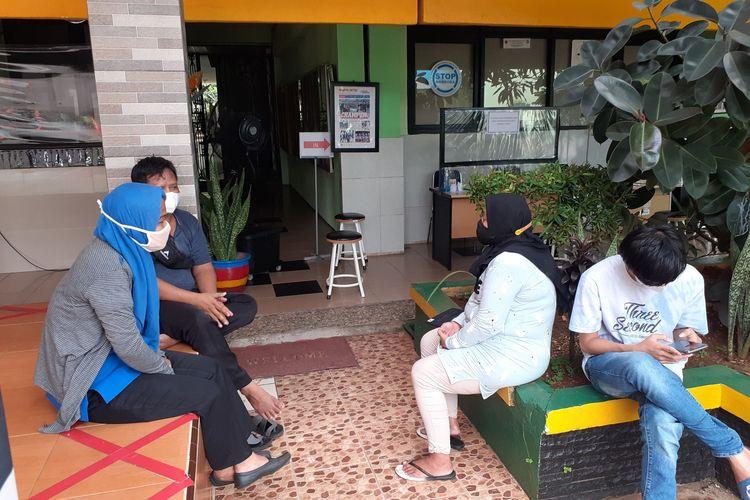 Orang Tua Murid menunggu mengadu akan permasalahan PPDB DKI Jakarta, Selasa (8/6/2021).