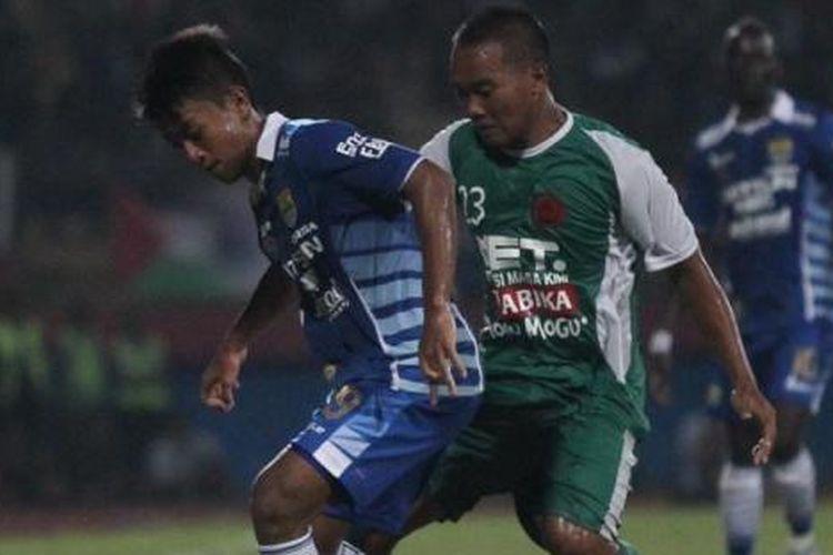 Febri Haryadi dan Wawan Febrianto berebut bola saat Persib Bandung melawan PS TNI pada partai terakhir Grup C Piala Jenderal Sudirman di Stadion Gelora Delta, Sidoarjo, Senin (30/11/2015).