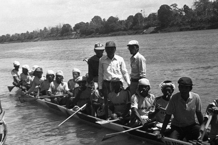 Perlombaan Bidar di Sungai Musi. Untuk merayakan HUT RI ke 40 masyarakat di pinggir Sungai Musi Palembang mengadakan lomba Bidar. Bidar adalah perahu kecil yang bisa dikayuh oleh beberapa orang.