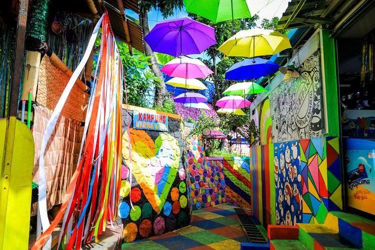 Ilustrasi Malang - Tempat wisata Kampung Warna-warni Jodipan di Kota Malang.