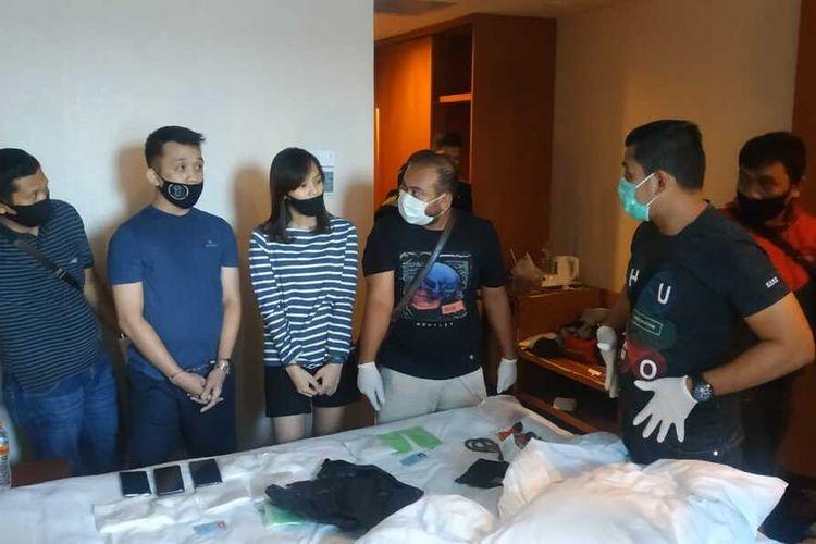 Petugas BNNP Riau melakukan penangkapan terhadap pasangan kekasih yang menjadi kurir narkoba di sebuah hotel berbintang di Pekanbaru, Dok BNNP Riau