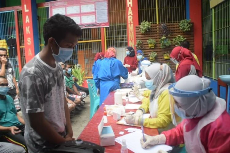 Dua orang warga binaan dan dua orang petugas Lembaga Pemasyarakatan (Lapas) Kelas II A Kota Baubau, Sulawesi Tenggara, terpapar virus covid 19. Keempatnya diketahui terpapar virus corona setelah dilakukan rapid test kepada seluruh petugas lapas dan warga binaan.