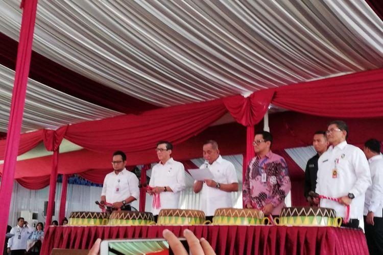 Menkumham Yasonna Laoly (dua dari kiri) dan  Menteri Pertahanan Ryamizard Ryacudu (tengah) meresmikan program bela negara di Lapas Klas I Cipinang, Jakarta, Kamis (29/3/2018)