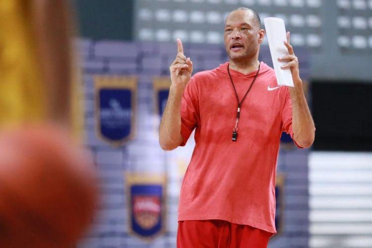 Pelatih klub basket BTN CLS Knights Indonesia Brian Rowsom. Klub asal Surabaya itu mengikuti Liga Bola Basket ASEAN musim 2018-2019.