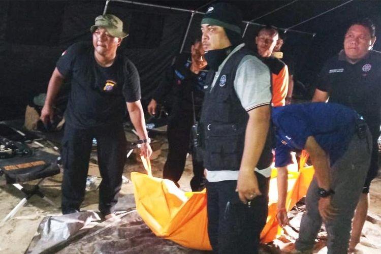 Sejumlah tim gabungan saat mengevakuasi jenazah mahasiswa UGM yang berhasil ditemukan di dasar Sungai Rungan, Palanglaraya, Senin (12/8/2019)