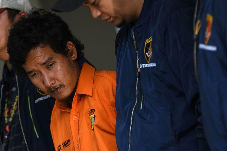 Polisi menunjukkan tersangka penyiraman air keras, VY saat rilis kasus tersebut di Mapolda Metro Jaya, jakarta, Sabtu (16/11/2019). Polisi menangkap VY yang diduga melakukan penyiraman air keras berupa air soda api terhadap sembilan orang korban di tiga lokasi terpisah di Jakarta Barat.