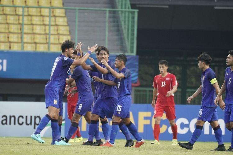 Para pemain timnas U-19 Thailand merayakan gol ke gawang timnas U-19 Korea Utara pada laga pamungkas Grup B Piala Asia U-19 2018, Kamis (25/10/2018)