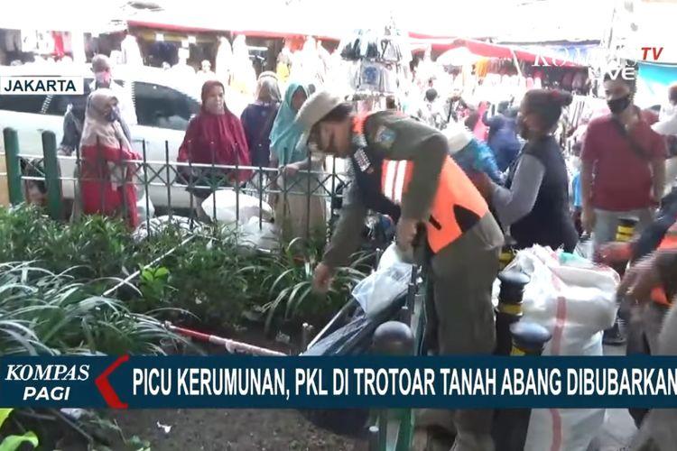 Petugas Satuan Polisi Pamong Praja kembali menertibkan pedagang kaki lima (PKL) yang nekat berjualan di trotoar dan bahu jalan Pasar Tanah Abang. Seperti diberitakan Kompas TV, Rabu (28/4/2021), sempat terjadi aksi kucing-kucingan antara pedagang dan petugas.