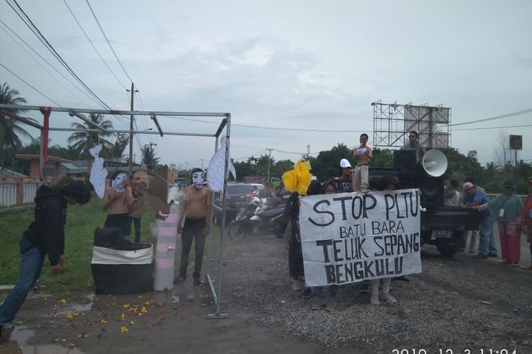 Sambil Telanjang Dada, Mahasiswa Demo Tuntut Pencabutan Izin PLTU