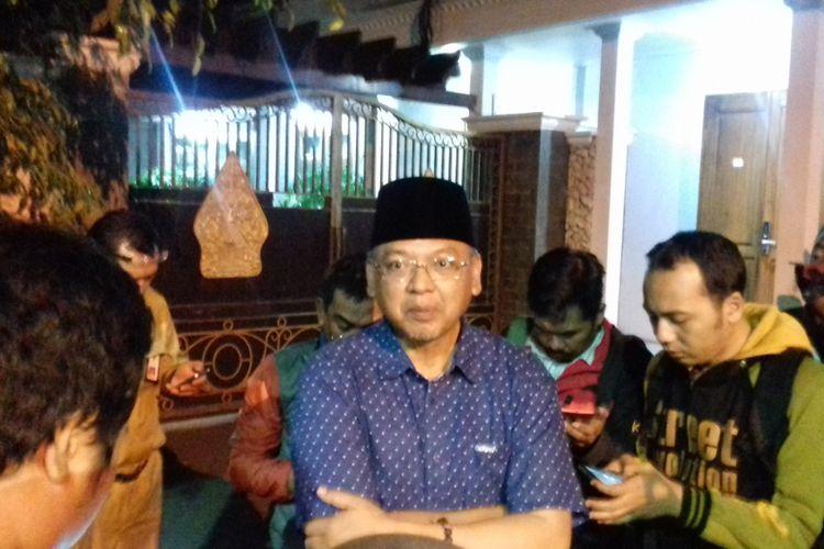 Bupati Malang Rendra Kresna saat memberikan keterangan usai rumah dinasnya di Pendopo Kabupaten Malang digeledah KPK, Senin (8/10/2018)