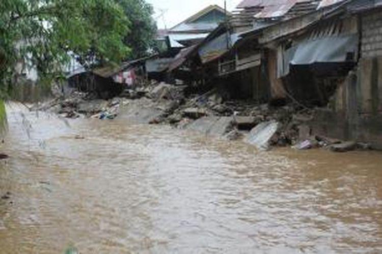 Tanggul sepanjang 100 meter di kawasan Airmata Cina Kecamatan Nusaniwe Ambon terlihat tinggal puing puing Kamis (1/8/2013). tanggul ini ambruk saat  musibah banjir dan tana longsor yang terjadi Selasa dua hari lalu.