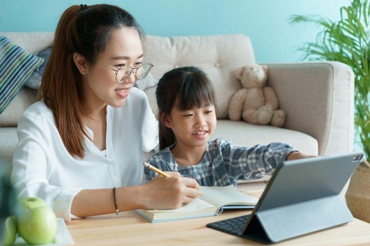 Ilustrasi orangtua yang mendukung proses belajar online anak.