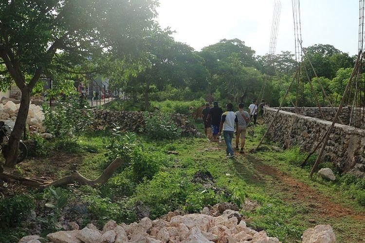 Wisatawan berjalan menuju mulut Goa Kristal di Desa Bolok, Kecamatan Kupang Barat, Kabupaten Kupang, Nusa Tenggara Timur, Minggu (9/12/2018). Keindahan air yang berwarna biru muda dan tua di Goa Kristal siap memikat wisatawan yang datang.