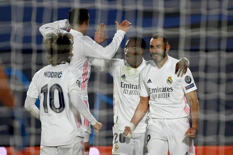 Penyerang Real Madrid, Karim Benzema (kanan), merayakan gol ke gawang Atalanta pada leg kedua 16 besar Liga Champions yang berlangsung di Stadion Alfredo Di Stefano, Rabu (17/3/2021) dini hari WIB.