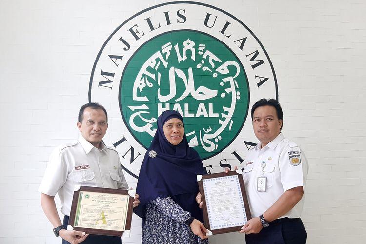 Penyerahan sertifikat Halal dari MUI kepada perwakilan PT RMU