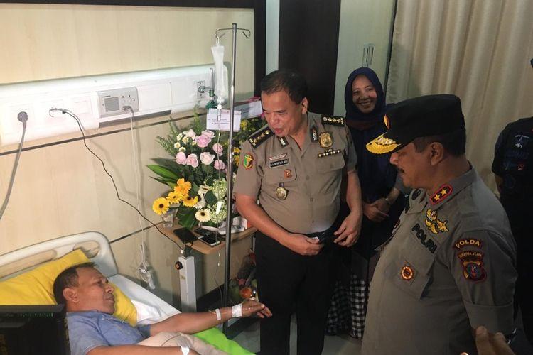 Kapolda Sumut Irjen Pol Agus Andrianto (kanan) mengunjungi Kompol Sarponi, salah satu korban bom bunuh diri di Mako Polrestabes Medan pada Rabu pagi (13/11/2019). Dia mengalami luka robek di bokong sebelah kanan. Kapolda menyebut sembilan dari 14 orang yang diperiksa, berpotensi menjadi tersangka.