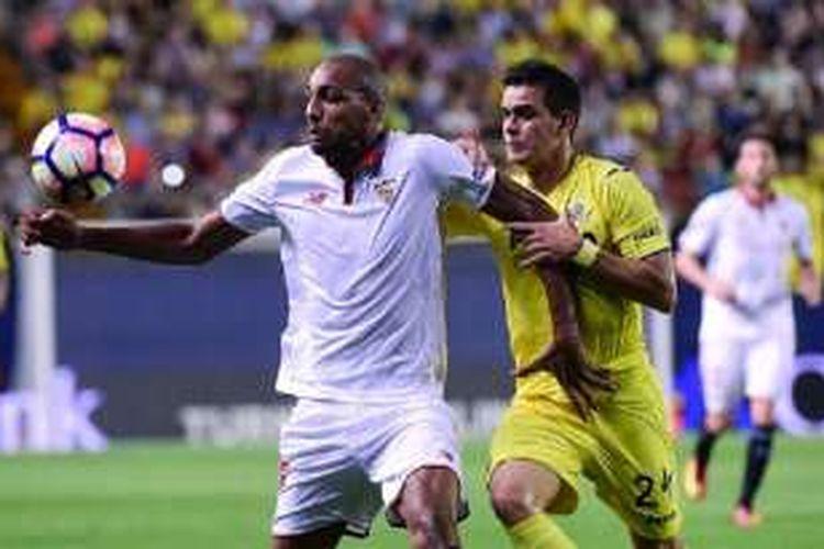 Gelandang Sevilla, Steven N'Zonzi, mendapatkan pengawalan dari pemain Villarreal, Santos Borres, pada pertandingan di El Madrigal, Minggu (28/8/2016).