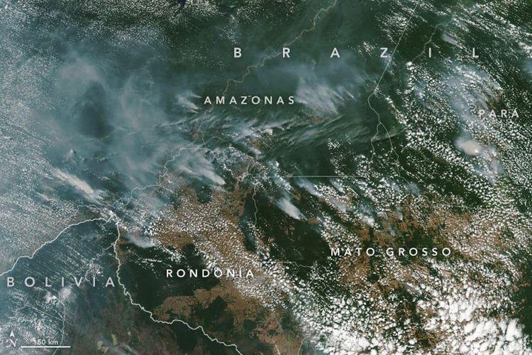 Seperti inilah citra satelit yang diperoleh Badan Antariksa Amerika Serikat (NASA), yang memperlihatkan kepulan asap di hutan hujan tropis Amazon akibat kebakaran pada pertengahan Agustus ini.