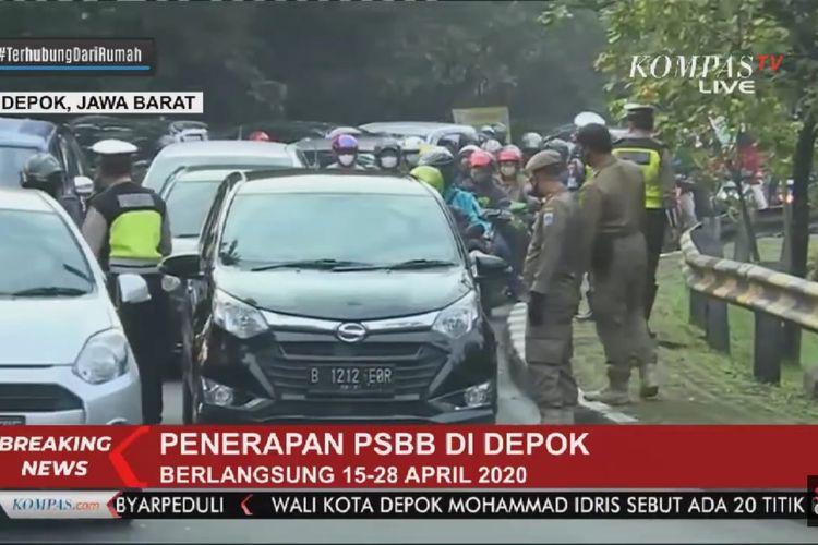 Jalan Akses UI di perbatasan Jakarta Selatan dan Depok, Jawa Barat padat akibat pemeriksaan kendaraan sehubungan dengan penerapan hari pertama PSBB di Depok, Rabu (15/4/2020) pagi.